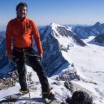 Ben in cima alla Jungfrau. Sullo sfondo il Monch.