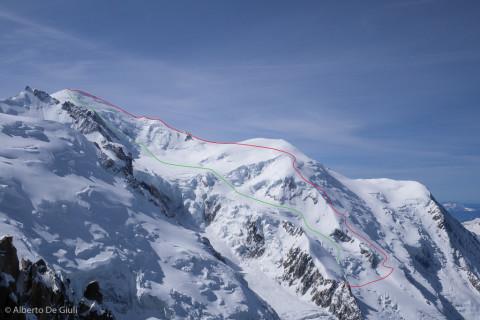 La cima del Monte Bianco dall'Aiguille du Midi. In rosso la salita per la Voie Royale, in verde la discesa dalla cima.