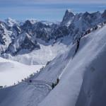 La cresta aerea dell'Aiguille du Midi. Vallé Blanche con gli sci.