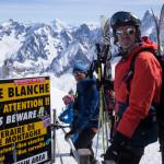 Sulla cresta aerea dell'Aiguille du Midi. Vallé Blanche con gli sci.