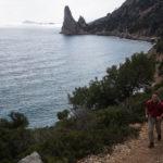 Salendo verso Punta Giradili, la Pedra Longa è la protagonista del primo giorno di Selvaggio Blu.