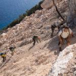 Attraversando la frana scesa da Punta Plumare nell'ottobre 2015. Selvaggio Blu, quinto giorno.