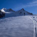 Salendo sul ghiacciaio, la cima della Wildspitze di fronte a noi.