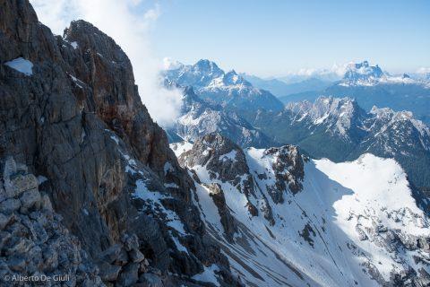 Sulla Cresta Ovest, il gruppo del Sorapiss e Pelmo sullo sfondo. Croda Rossa d'Ampezzo.