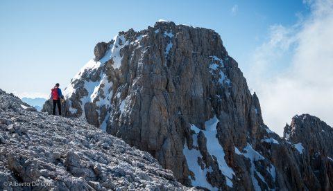 Sotto l'Anticima Nord, uno sguardo sulla cima della Croda Rossa d'Ampezzo.