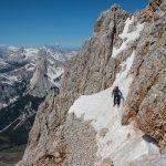La cengia esposta che porta all'intaglio tra l'anticima e cima della Croda Rossa d'Ampezzo.