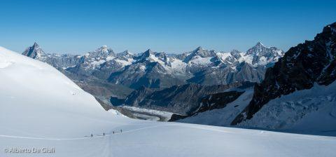 Una cordata in discesa lungo il Grenzgletscher. Spaghetti Tour, Monte Rosa.